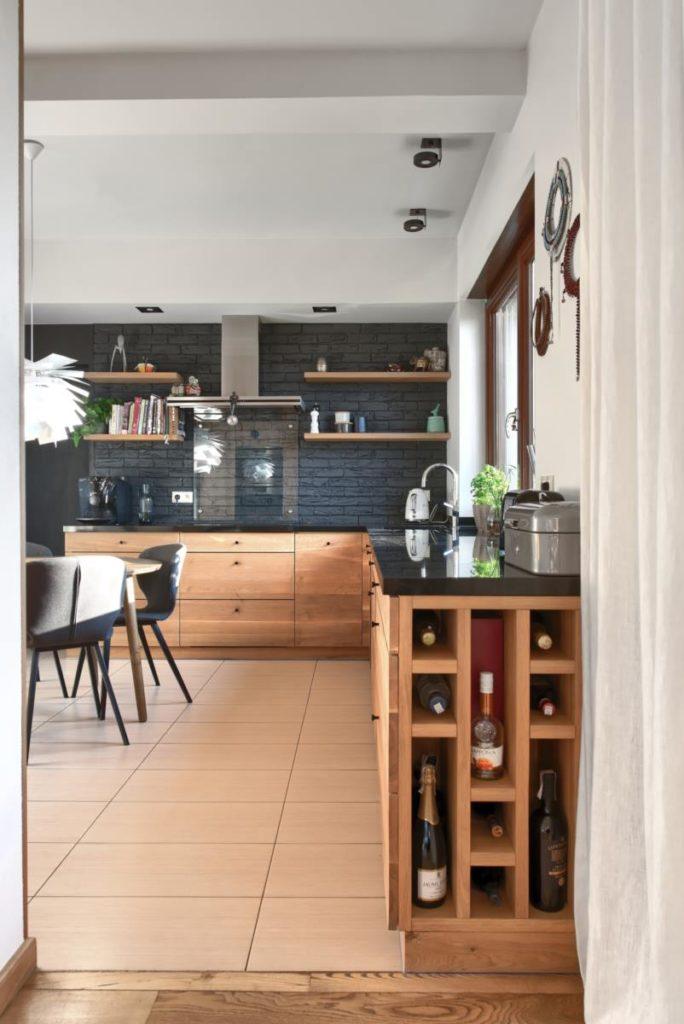 półka na wino granitowy blat czarno drewniana kuchnia