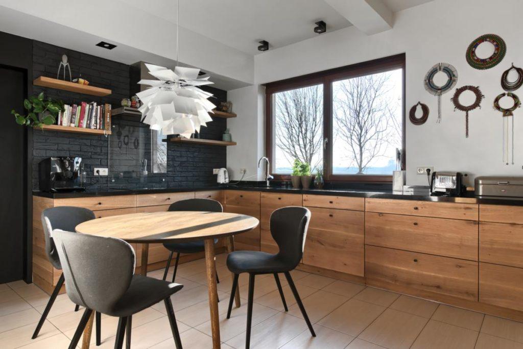 czarna cegła black brick afrykańskie naszyjniki dekor drewniana kuchnia