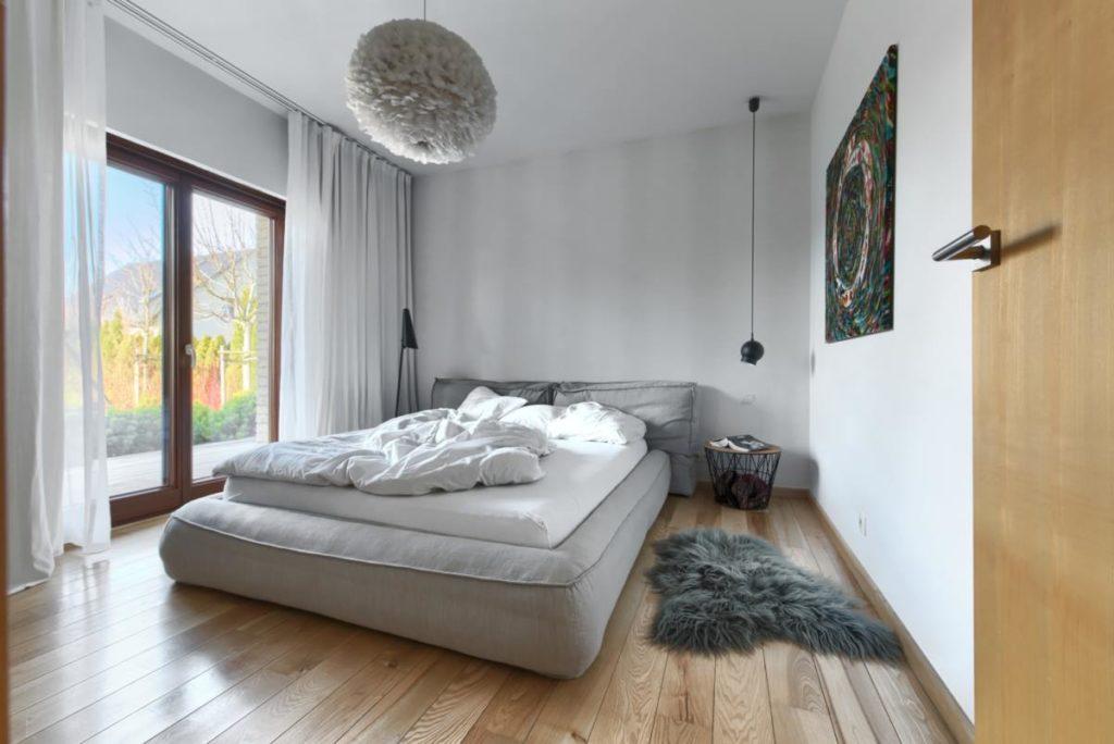 bonaldo lampa z pior sypialnia monochromatyczna przytulna architekt wnętrz