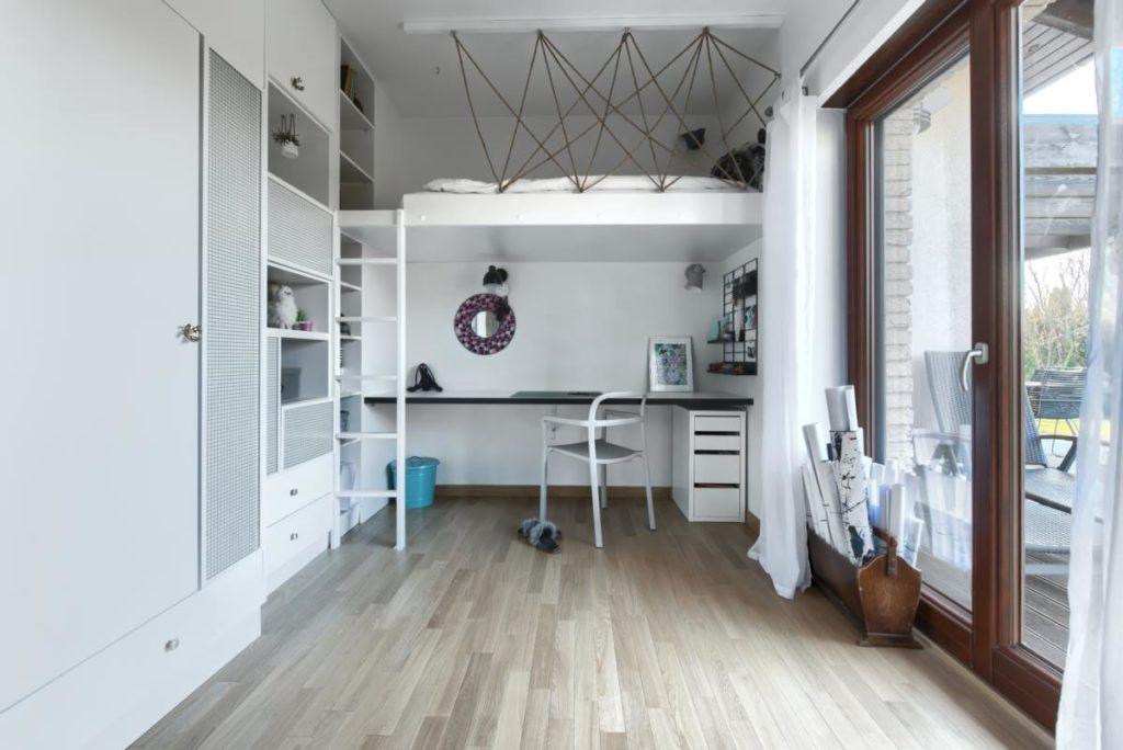 pokój nastolatki łóżko wiszące biurko szkło zbrojone biały barierka sznurka