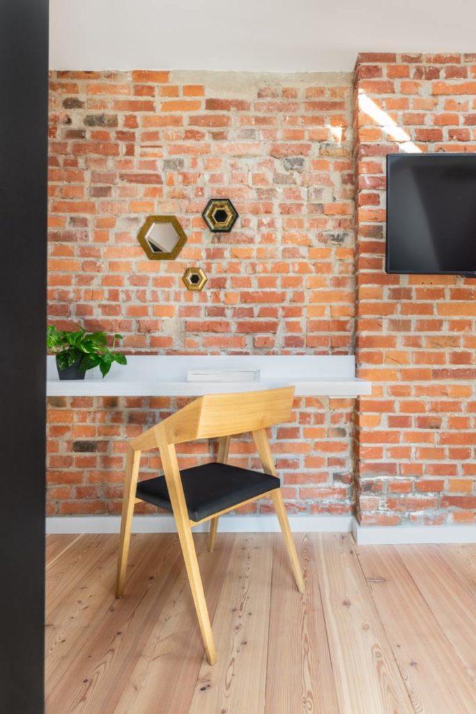 biurko minimal industrial biały cegła drewniana podłoga